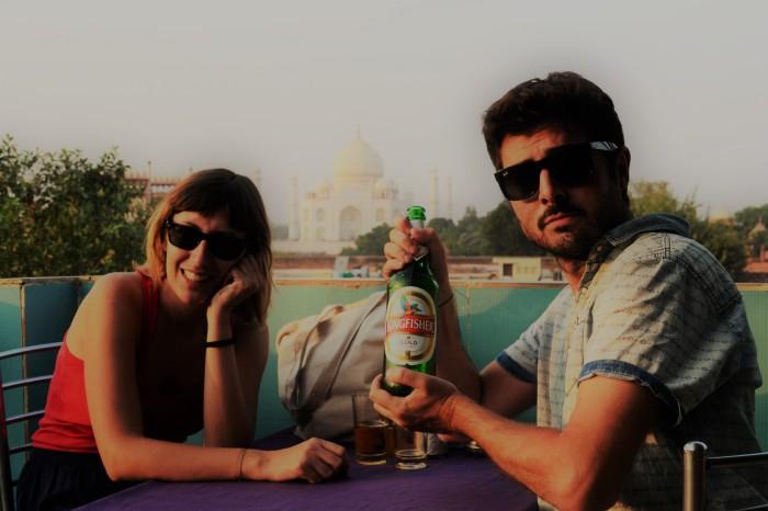cerveza con vistas al Taj Mahal