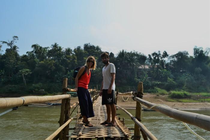 puente de bambú al amanecer